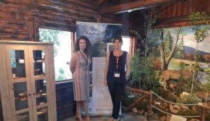 Προσωπικό του Δασαρχείου Θεσσαλονίκης και του LIFE Forestlife φωτογραφίζονται μπροστά στο banner τυου έργου
