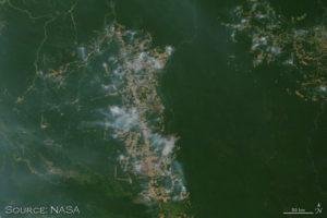 Δορυφορική εικόνα με φωτιές γύρω από αποδασωμένες εκτάσεις
