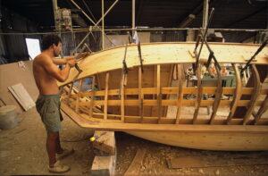 """Κατασκευή παραδοσιακής βάρκας """"μπουγιαντέ""""."""